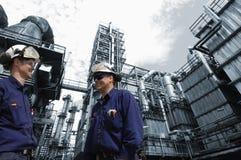 De arbeiders van de raffinaderij en de olieindustrie royalty-vrije stock afbeelding