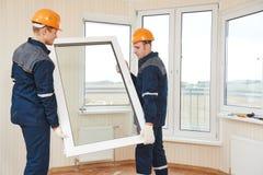 De arbeiders van de venstersinstallatie royalty-vrije stock foto's