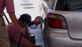 De arbeiders van het benzinestation Stock Foto's