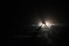 De arbeiders vegen sneeuw van weg die in de winter, onweer schoonmaken Royalty-vrije Stock Afbeelding