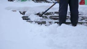 De arbeiders vegen sneeuw van weg die in de winter, weg van sneeuwonweer schoonmaken stock footage