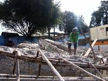De arbeiders vernietigen manueel een oude de bouw structuur Stock Foto's