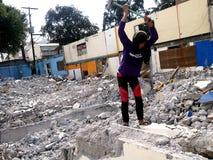 De arbeiders vernietigen manueel een oude de bouw structuur Stock Afbeeldingen