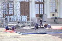 De arbeiders verzamelen een banner Royalty-vrije Stock Foto