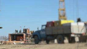 De arbeiders werken bij de bouw van in openlucht de bouw stock footage