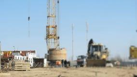 De arbeiders werken bij de bouw van in openlucht de bouw stock video