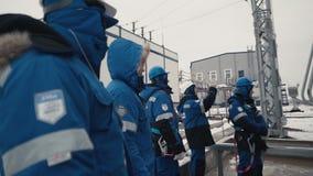 De arbeiders worden geïnstrueerd op het materiaal stock footage