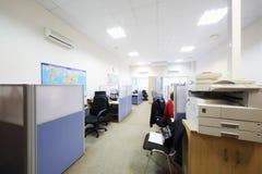 De arbeiders zitten in bureau met gescheiden door verdelingsbanen royalty-vrije stock foto's