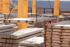 De arbeidersbouwer beheert bouwproces royalty-vrije stock afbeelding