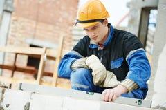 De arbeidersmetselaar van de bouwmetselaar stock foto