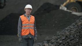De arbeidersmijnwerker van de kolenmijnmijnbouw stock video