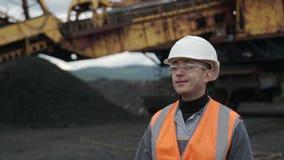 De arbeidersmijnwerker van de kolenmijnmijnbouw stock footage