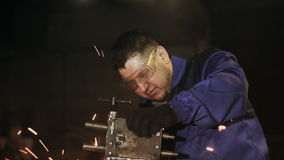 De arbeidersmolen maakt metaal schoon stock videobeelden