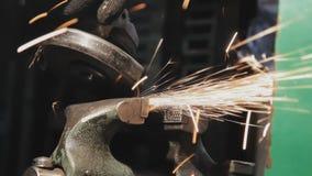 De arbeidersmolen maakt metaal schoon stock footage