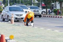 De arbeidersverf op het voetpad bij Chiang Mai-Hod-weg Royalty-vrije Stock Afbeeldingen