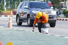 De arbeidersverf op het voetpad bij Chiang Mai-Hod-weg Royalty-vrije Stock Fotografie