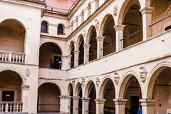 De arcades Pieskowa Skala, de middeleeuwse bouw van het binnenplaatskasteel dichtbij Krakau, Polen Royalty-vrije Stock Afbeelding