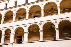 De arcades Pieskowa Skala, de middeleeuwse bouw van het binnenplaatskasteel dichtbij Krakau, Polen Stock Foto's