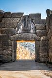 De archeologische plaats van Mycenae dichtbij het dorp van Mykines, met oude graven, reuzemuren en de beroemde leeuwenpoort stock foto's
