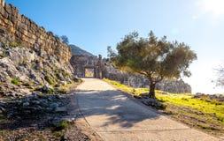 De archeologische plaats van Mycenae dichtbij het dorp van Mykines, met oude graven, reuzemuren en de beroemde leeuwenpoort stock afbeelding