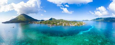 De archipel Indonesië, Pulau Gunung Api, Bandaneira-dorp, koraalrif Caraïbische overzees van satellietbeeldbanda islands moluccas stock afbeeldingen