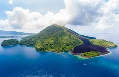 De archipel Indonesië, Pulau Gunung Api, lava van satellietbeeldbanda islands moluccas stroomt, koraalrif De hoogste bestemming v stock afbeelding