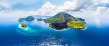 De archipel Indonesië, Pulau Gunung Api, lava van satellietbeeldbanda islands moluccas stroomt, strand van het koraalrif het witt stock foto