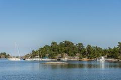 De archipel van Fjärdlång Stockholm van vrije tijdsboten stock foto's