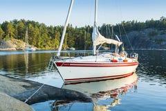 De archipel van Stockholm: vastgelegd sailingboat in natuurlijke haven stock fotografie