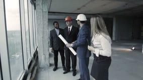 De architect biedt de opties om gebied aan te bouwen, gaan de collega's niet met hem akkoord stock video