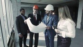 De architect biedt de opties om gebied aan te bouwen, gaan de collega's niet met hem akkoord stock videobeelden