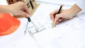 De architect brengt veranderingen in de documentatie aan Royalty-vrije Stock Afbeelding