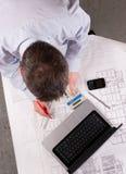 De architect onderzoekt plannen Royalty-vrije Stock Fotografie