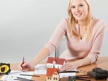 De architect van de vrouw bij haar het werklijst Royalty-vrije Stock Afbeelding