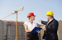De architecten zijn overeengekomen met een plan om een gebouw te bouwen Stock Foto