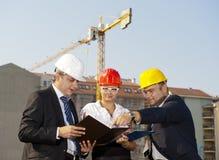 De architecten zijn overeengekomen met een plan om een gebouw te bouwen Royalty-vrije Stock Foto