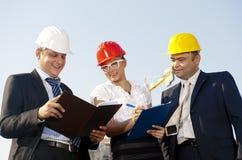 De architecten zijn overeengekomen met een plan om een gebouw te bouwen Royalty-vrije Stock Afbeelding