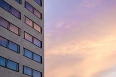 De Architectonicalbouw met weerspiegeling van zonsondergang Stock Foto