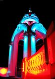 De architecturale bouw bij nacht met kleurenverlichting royalty-vrije stock afbeeldingen