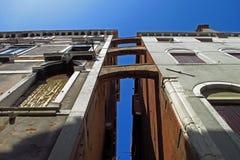 De architectuur die van Venetië, Italië omhoog eruit zien Royalty-vrije Stock Foto's
