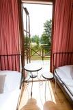 De architectuur, moderne flat, lege slaapkamer met twee kiest is uit Royalty-vrije Stock Fotografie