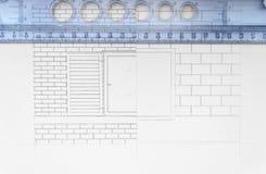 De architectuur rolt de architecturale blauwdrukken van de plannenarchitect Stock Afbeeldingen