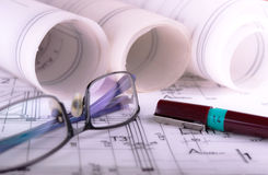De architectuur rolt de architecturale techical blauwdrukken van de plannenarchitect Stock Foto's