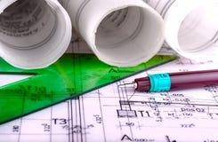De architectuur rolt de architecturale techical blauwdrukken van de plannenarchitect Stock Fotografie