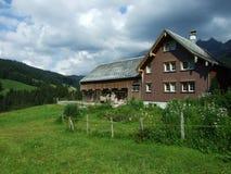 De architectuur van alpen en landbouwbedrijven van het Obertoggenburg-gebied stock foto