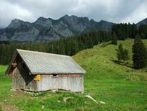 De architectuur van alpen en landbouwbedrijven van het Obertoggenburg-gebied stock afbeelding