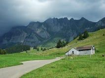 De architectuur van alpen en landbouwbedrijven van het Obertoggenburg-gebied stock fotografie