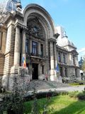 De architectuur van Boekarest onder dramatische hemel Stock Foto