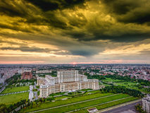 De architectuur van Boekarest onder dramatische hemel Royalty-vrije Stock Foto