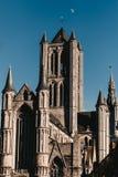 De architectuur van Gent en de maan bij de hemel stock afbeelding